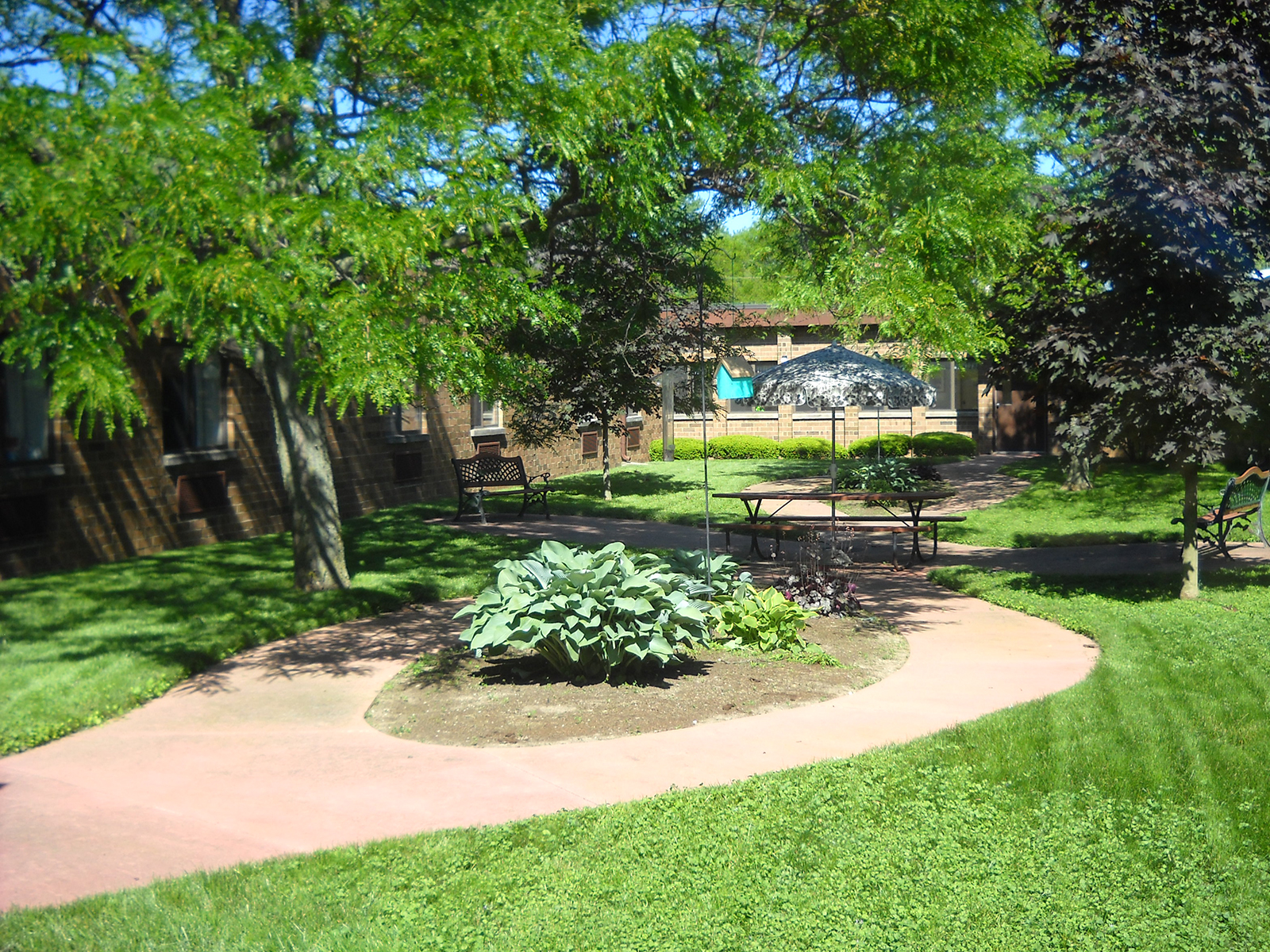 FarmingtonHillsInn_Courtyard.jpg